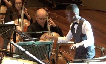 Noskaties! Vienpadsmitgadīgs brīnumbērns diriģē orķestri