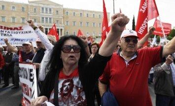 Foto: Grieķi streiko un protestē pret jauniem taupības pasākumiem