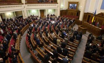 Ukrainas parlaments atcēlis likumu par divvalodību reģionos