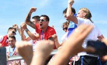 Foto: Futbolistus mājās Horvātijā fani sagaida kā karaļus