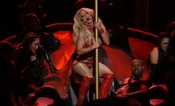 ВИДЕО: Упс!.. Бритни Спирс внезапно побоялась сделать трюк на концерте