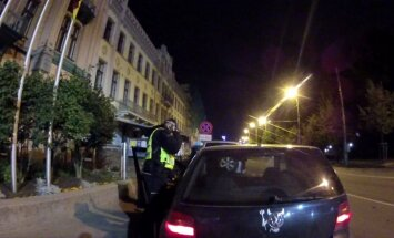 Rīgā autovadītājs 2,19 promiļu reibumā brauc atpakaļgaitā un taranē ceļa zīmi