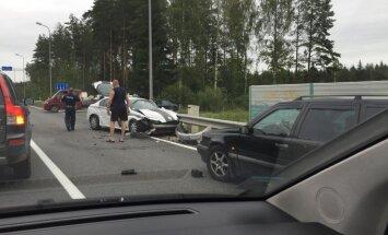 Foto: 'Opel' un policijas auto sadursmē uz Tallinas šosejas cieš divi policisti