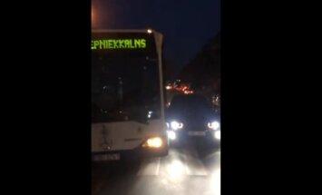Video: Satiksmes autobuss Rīgā 'apbižo' vieglo