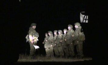 Ukrainā sagūstīto Krievijas karavīru dienesta biedriem atņem mobilos tālruņus