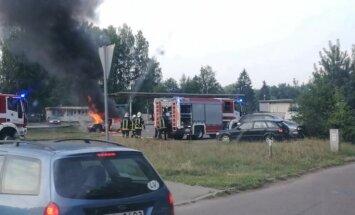 Video: Pie degvielas uzpildes stacijas Rīgā uzliesmo 'Ford'