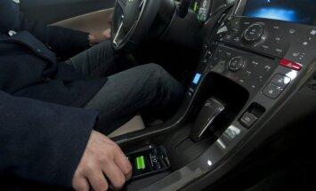 CSDD: пользующиеся мобильным телефоном водители - потенциальные убийцы