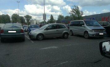 'Ar vienu vietu ir par maz' - aculiecinieks sašutis par autovadītāja parkošanās stilu