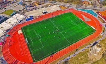 Foto: Simtiem sportistu atklāj Cēsu pilsētas stadionu