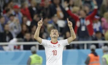 Šveices futbolisti atspēlējas un izrauj uzvaru līdzvērtīgā cīņā pret Serbiju