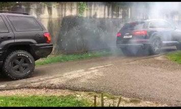 Video: 'Audi SQ7' un veca 'Jeep' virves vilkšanas sacensībās uzvarētājs pārāk iekarst