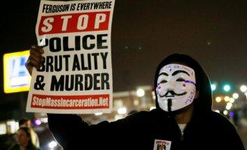 Fērgusonā pēc divu policistu sašaušanas saglabājas saspringta situācija