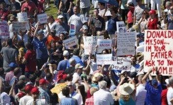 Ļaudis ASV Arizonas štatā protestē pret Trampu un nobloķē satiksmi