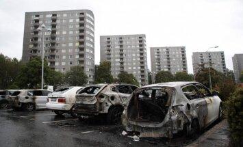 Auto dedzināšana Zviedrijā: viens no vaininiekiem aizturēts Turcijā