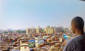 Lietuvietis, kas izveda slepenus foto no Ziemeļkorejas, pavadījis divas dienas Mumbajas graustos