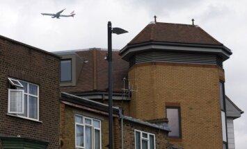 Iespējams, nokrītot no lidmašīnas, Londonā bojā gājis vīrietis