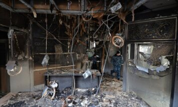 Uzbrucēji Ļvivā dedzina Krievijas bankas