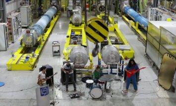 Video: Grupa 'Deerhoof' uzstājas Eiropas Kodolpētniecības organizācijas telpās
