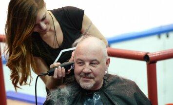 'Sibirj' ģenerālmenedžeris un līdzjutēji noskuj matus; preses sekretāre publisko kailfoto