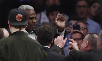 Video: Bijusī NBA zvaigzne Ouklijs sarīko traci 'Knicks' spēlē