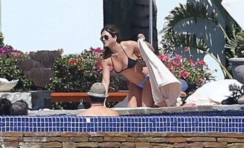 Paparaci foto: 48 gadus vecā Anistone izrāda augumu bikini