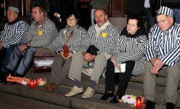 Foto: Rīgā protestē pret mūziklu par Herbertu Cukuru