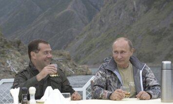 Medvedevs par rubļa nedienām: 'mēs visi esam vienā laivā'