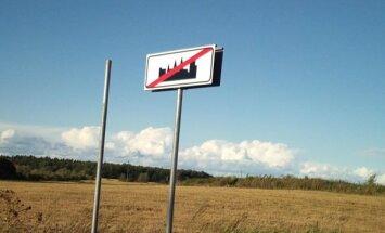 Foto: Lasītāju samulsina uz ceļiem izvietotas ceļazīmes