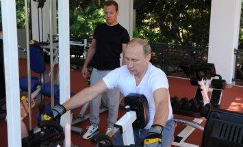 Video: Kā Putins un Medvedevs Sočos svīst svaru zālē