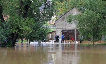 Video: Aizputē un Grobiņā upes iziet no krastiem un appludina ēkas