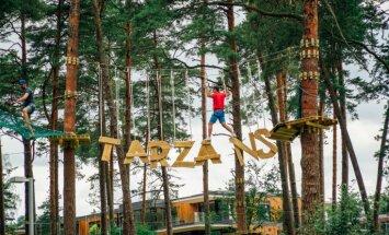 Foto: Dzintaru mežaparkā atklāts piedzīvojumu parks 'Jūrmalas Tarzāns'