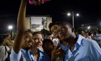 Foto: Kubā milzu mītiņā piemin aizgājēju Kastro