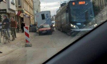 Autovadītāji uz Barona ielas nesodīti atstāj auto neatļautā vietā