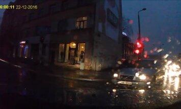 Video: Nekaunīgs autovadītājs Rīgā šķērso ceļu pie sarkanās gaismas un uztaurē
