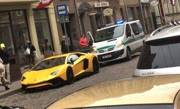 Foto: Rīgā policija uzlikusi sodu 'Lamborghini' superauto par stāvēšanu neatļautā vietā