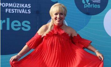 Foto: Olga Rajecka Jūrmalā šarmē vilinošā kleitā