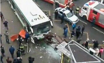 Maskavā autobuss ietriecas pieturā