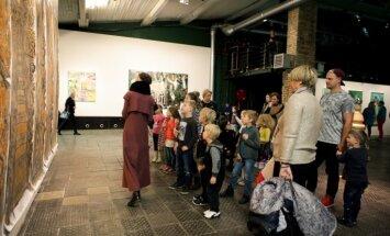 Foto: Bērnu rīts laikmetīgās mākslas izstādē 'Sapņu un drāmas'