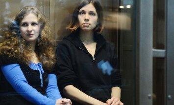 'Pussy Riot' meitenes Hodorkovskim piedāvā sadarbību