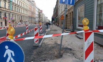 'Uz Ušakova galda jāguļ diviem atlūgumiem' – soctīklotāji nikni par remontdarbu ieilgšanu
