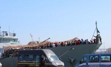 'Delfi' Sicīlijā: Katānijas ostā ierodas teju 400 bēgļu