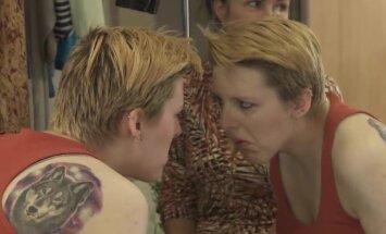 Video: Kā krāsojas sociālā šova dalībnieces