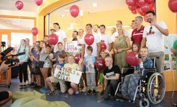 Latvijas vīriešu basketbola valstvienība ar Porziņģi priekšgalā priecē Bērnu slimnīcas pacientus