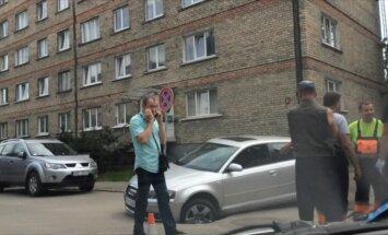 Video: Jelgavā auto iekrīt bedrē