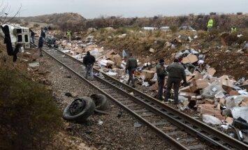 ASV autobuss ietriecas vilcienā; bojā gājuši astoņi cietumnieki