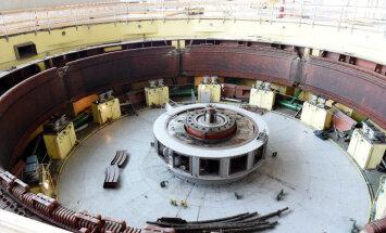 Foto: No Rīgas HES izcelta 350 tonnu smaga hidroagregāta detaļa