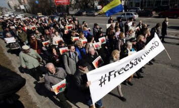 Foto: Maskavā Savčenko atbalsta akcijā aizturēti 37 cilvēki