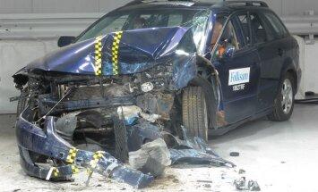 Video: Cik daudz drošībā auto zaudē pēc 10 gadu ekspluatācijas