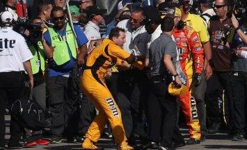 Video: Pēc finiša sakaujas NASCAR piloti