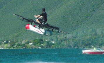 'Google' dibinātāja atbalstīts startaps prezentējis dronu cilvēka lidošanai virs ūdens